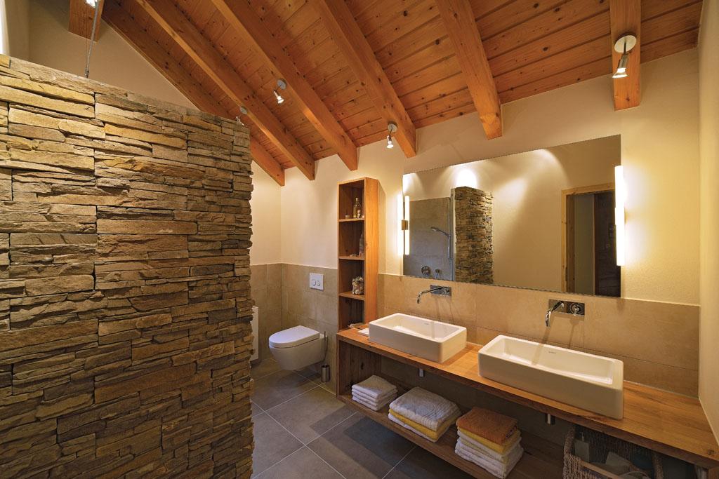 Rustikales und warmes Badezimmer