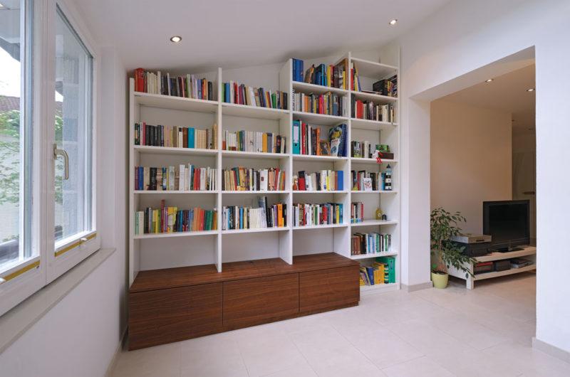 Bücherregal in Dachschräge