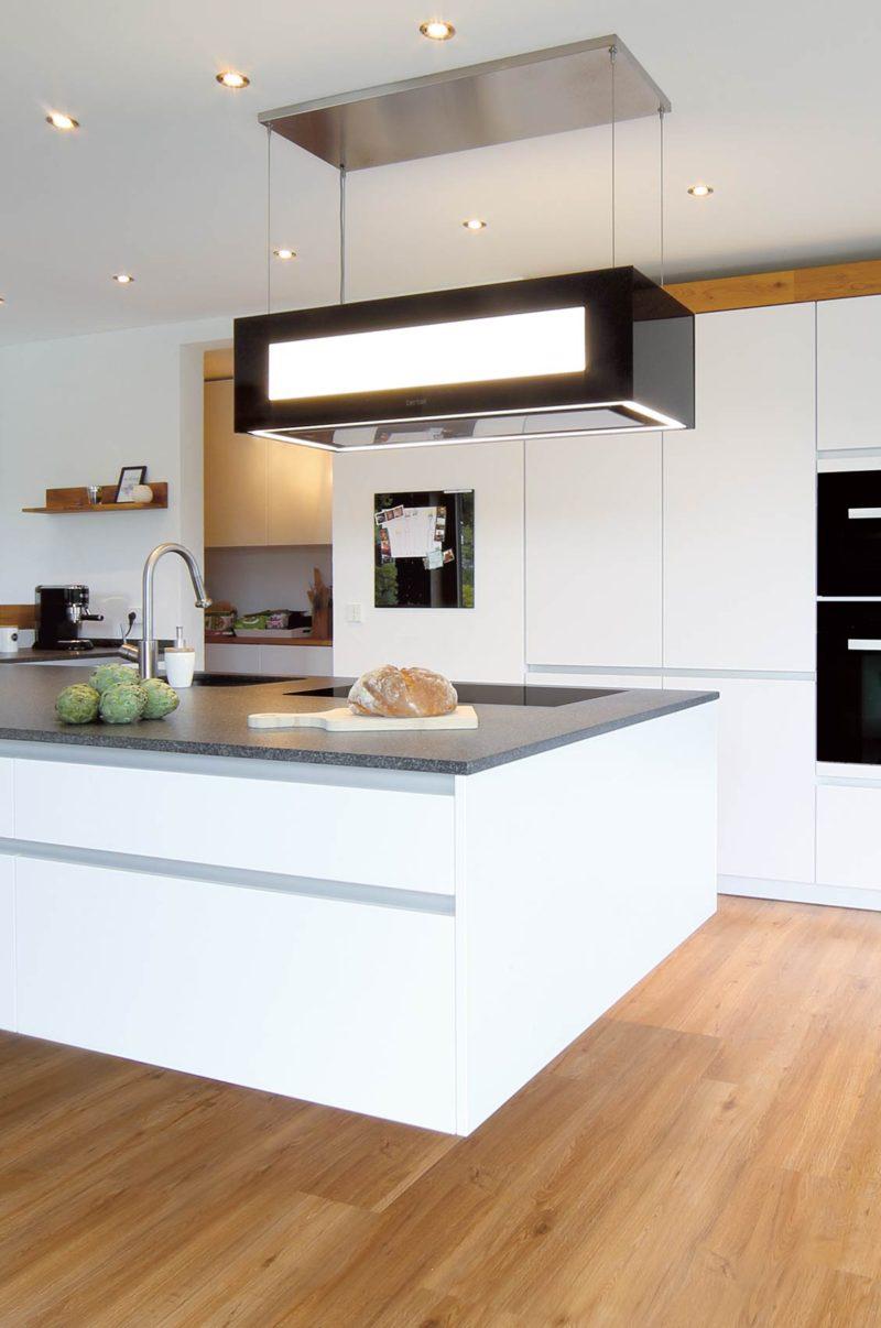 Küche mit Insel in weiß Lack + Eiche