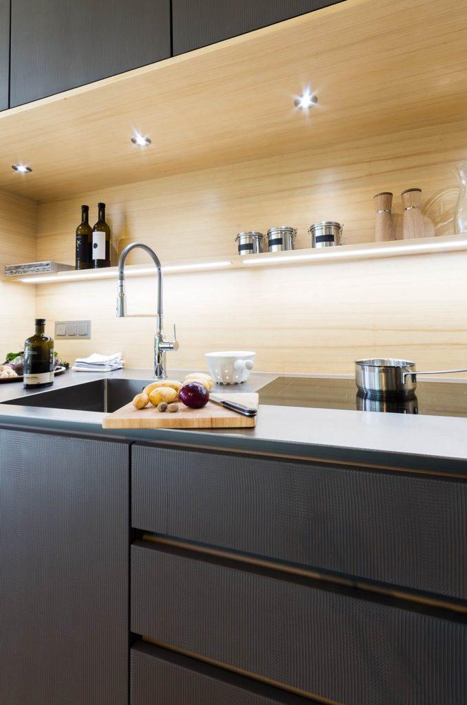 Küche in Metall-Spachtel mit Weißtanne