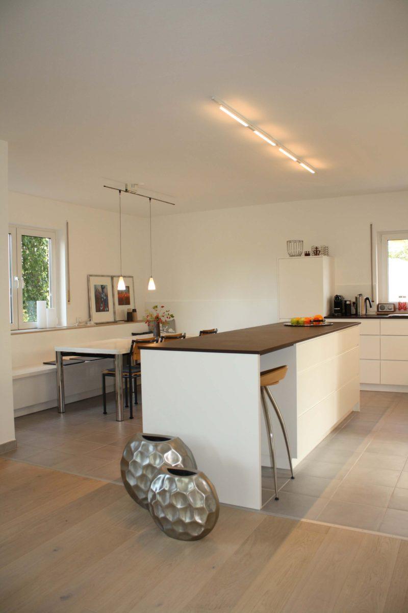 offene Wohnküche mit Eckbank im Grünen