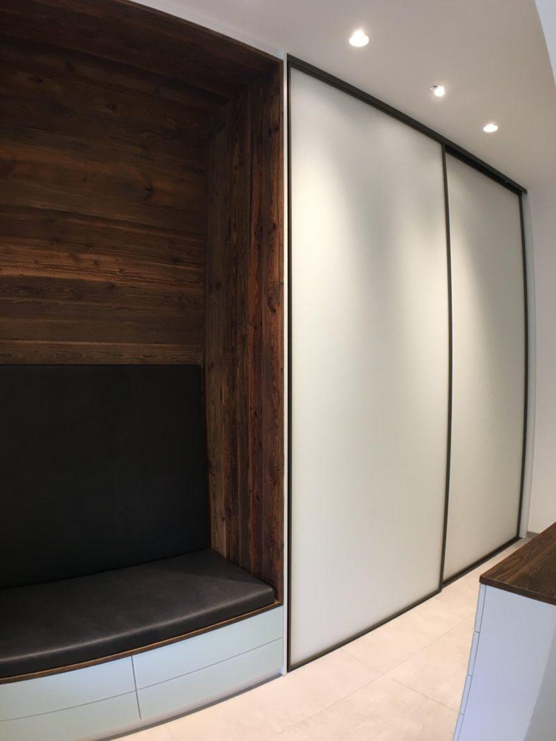 Garderobe mit Sitznische in Altholz