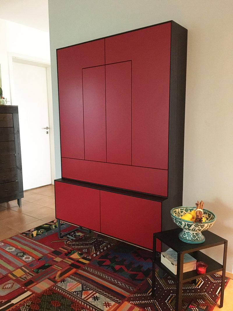 Design-Schrank in rot mit Räuchereiche